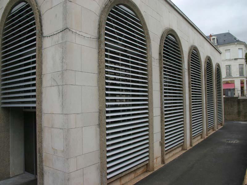 Stichbogenfenster mit Außenjalousien